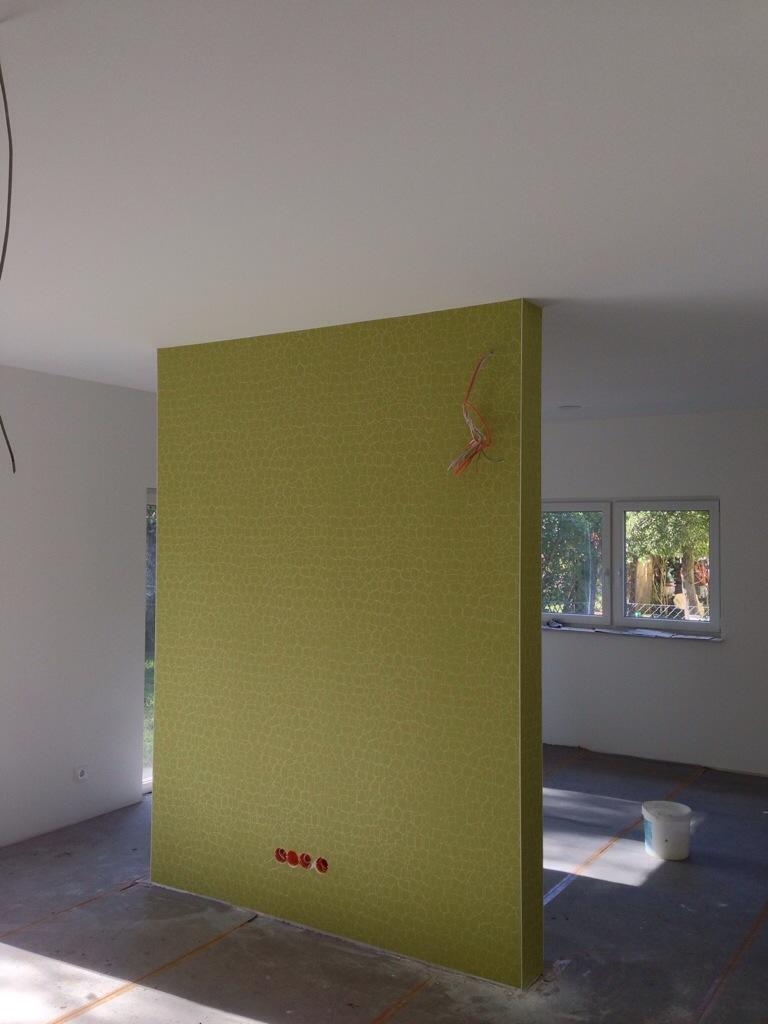 grüne Tapete TV-Wand